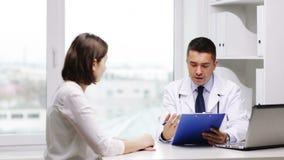 在医院的医生和少妇会议 股票录像