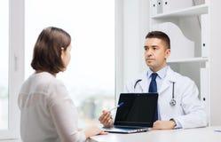 在医院的医生和少妇会议 库存照片