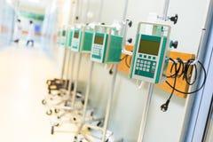 在医院走廊的注入泵浦 免版税库存图片