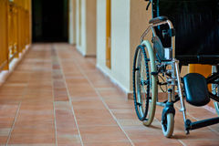 在医院走廊的空的轮椅 免版税库存照片
