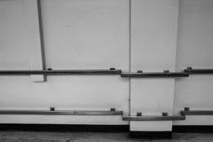 在医院走廊的金属扶手栏杆 图库摄影