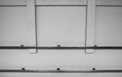 在医院走廊的金属扶手栏杆 免版税图库摄影