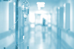 在医院走廊背景的医疗滴水  免版税库存照片