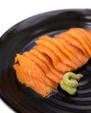 在黑陶瓷板材的三文鱼未加工的生鱼片有选择的焦点的 库存图片