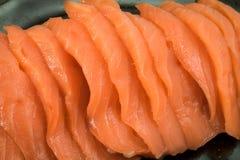 在黑陶瓷板材的三文鱼未加工的生鱼片 库存照片