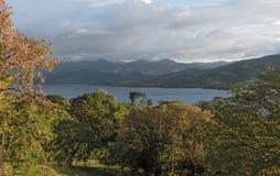 在暴雨的日落在湖阿雷纳尔在哥斯达黎加 免版税图库摄影