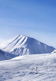在滑雪倾斜的看法好天儿 库存照片