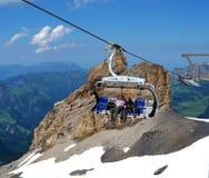 在滑雪吊车瑞士的夫妇 库存图片