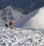 在滑雪场地外的倾斜的Freeriders在太阳好晚上 免版税库存照片