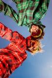在滑雪服的夫妇有握在蓝天ba的太阳镜的手 库存图片