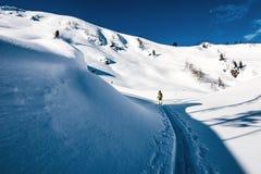 在滑雪游览足迹的Splitboarder 图库摄影