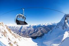 在滑雪电缆车的椅子在山峰全景 库存图片