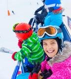 在滑雪电缆车的滑雪者孩子 免版税库存照片