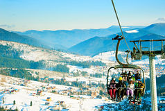 在滑雪胜地上的缆道 库存图片
