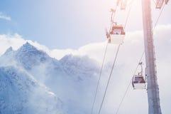在滑雪胜地和积雪的山的缆车 免版税图库摄影