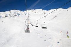 在滑雪胜地圣安东上午Arlberg的升降椅 免版税图库摄影