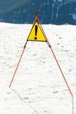 在滑雪胜地的倾斜的警报信号 免版税库存照片