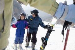 在滑雪胜地的家庭滑雪 图库摄影