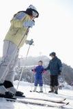 在滑雪胜地的家庭滑雪 库存图片