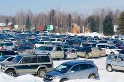在滑雪胜地的拥挤汽车停车处 库存图片