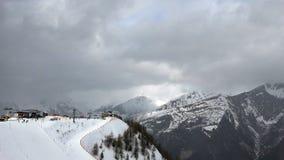 在滑雪胜地的推力 股票视频