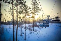 在滑雪胜地的日落在冬天 从推力的看法 免版税库存图片
