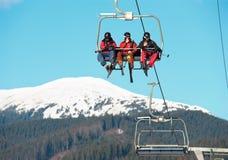 在滑雪胜地的空中览绳 免版税库存图片
