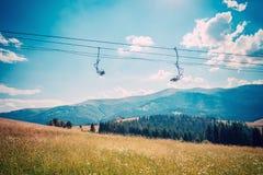 在滑雪胜地的空的驾空滑车 图库摄影