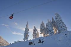 在滑雪胜地的缆车 库存图片