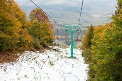 在滑雪胜地的老升降椅 库存照片