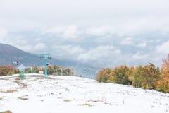 在滑雪胜地的老升降椅 免版税库存照片