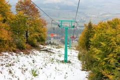在滑雪胜地的老升降椅 免版税库存图片