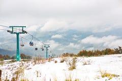 在滑雪胜地的老升降椅 库存图片
