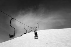 在滑雪胜地的黑白老驾空滑车 库存图片
