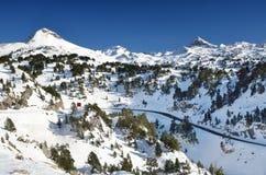 在滑雪胜地皮埃尔圣马丁附近的冬天山 免版税库存照片