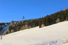 在滑雪胜地菲希特尔贝尔格的缆车在上维森塔尔,德国 图库摄影