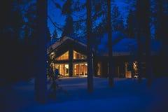 在滑雪胜地附近的一个舒适村庄瑞士山中的牧人小屋房子在冬天 免版税库存图片