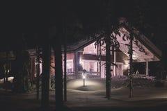 在滑雪胜地附近的一个舒适村庄瑞士山中的牧人小屋房子在冬天 免版税库存照片