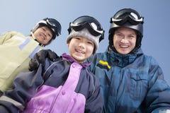 在滑雪胜地,低角度视图画象的家庭 免版税库存照片