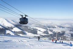 在滑雪胜地Jasna,斯洛伐克的现代空中览绳 免版税库存照片