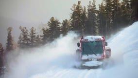 在滑雪路线附近的红色履带牵引装置ratrack在山 股票视频