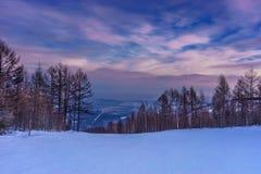 在滑雪滑雪道的紫色日落 免版税库存照片