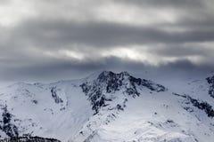 在阴霾和暴风云的雪山在飞雪前 库存图片