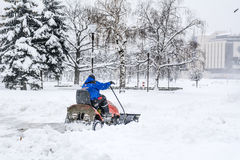 在索非亚,保加利亚供以人员大风雪撤除机器 免版税图库摄影