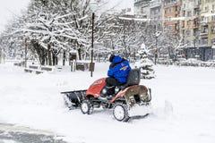 在索非亚,保加利亚供以人员大风雪撤除机器 库存照片