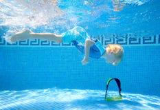在水面下男孩swimmi年轻人 免版税图库摄影
