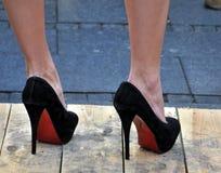 黑高跟鞋 免版税库存照片