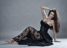 在黑鞋带礼服的魅力模型 图库摄影