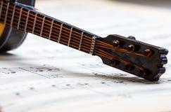在活页乐谱的一点吉他 库存图片