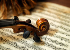 在活页乐谱的小提琴头 免版税库存图片